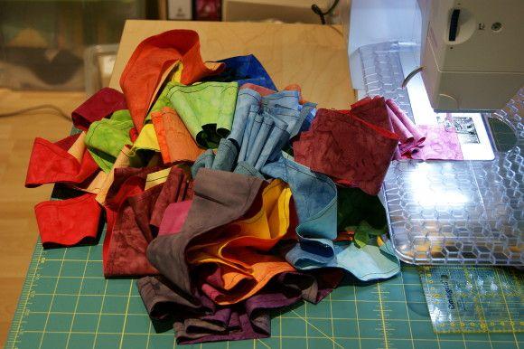 Jelly Roll aus Regenbogenfarben im ersten Schritt zu Streifen zusammen genäht