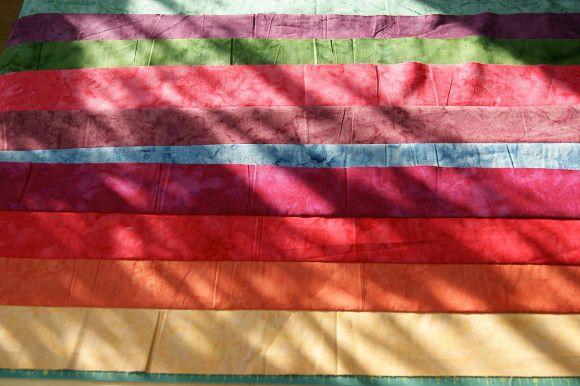 Jelly Roll in Regenbogenfarben zu Streifen zusammengenäht und gebügelt für meinen Jelly-Rainbow