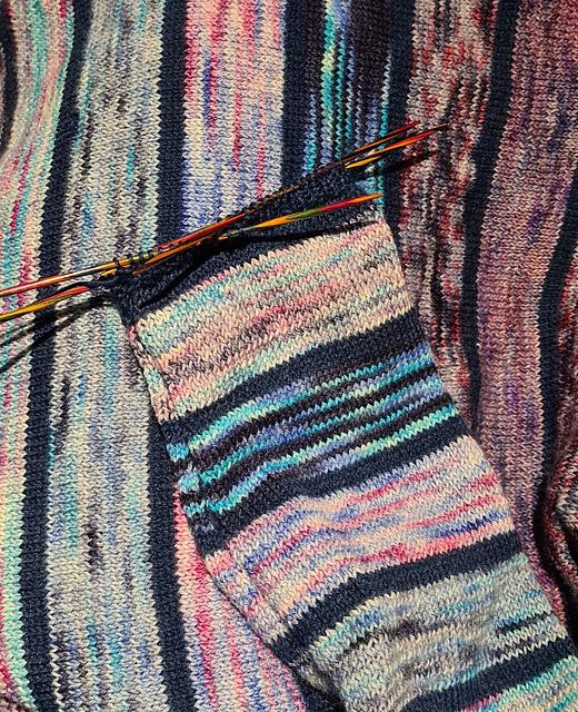 Quergestrickter Pullover aus handgefärbter Sockenwolle von Piratenwolle