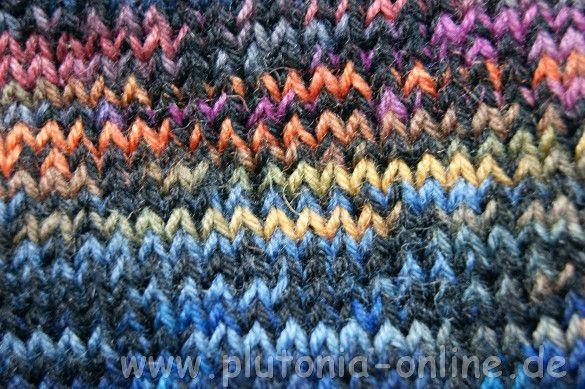 Raglan von Oben aus Opal-Sockenwolle gestrickt mit Regenbogenlook - Detailansicht